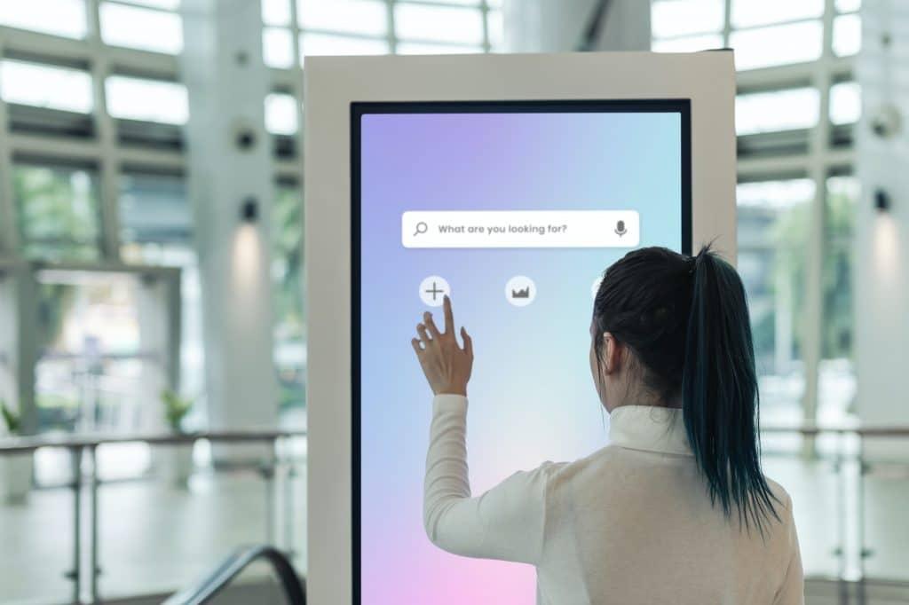 L'affichage dynamique aide à se repérer dans un centre commercial.